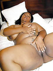Fat mature ebony babe wanking and toying herself.