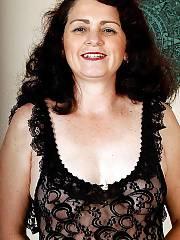 Sexy brunette mamma