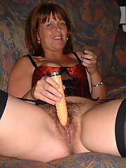 MILF enjoys to show