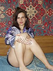 Amateur una linda rusa playing with her pussy.