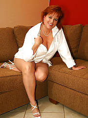 MILF dawn marie loves posing sexy on cam.