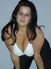 Boobed brunette MILF exposes her good massive boobies