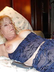 Nasty light haired mature mother loves dildoing her wet twat on bed