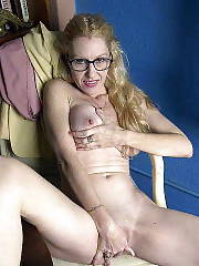 Mamma with glasses strips and jerks her snatch.