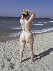 Mamma woman - huge and white ass - on the beach.