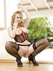 Amazing blond mature in amazing cunt photo