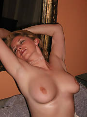 MILF showing her